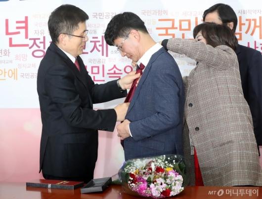 [사진]빨간 넥타이 선물하는 황교안