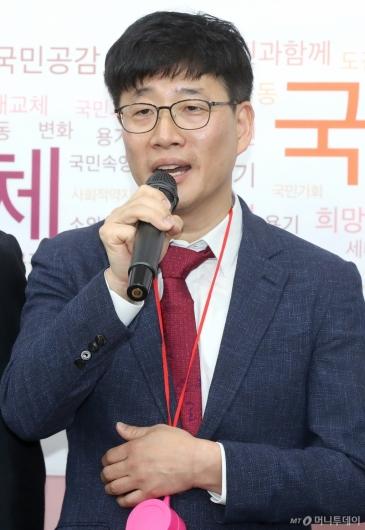 [사진]입당 소감 밝히는 이종헌