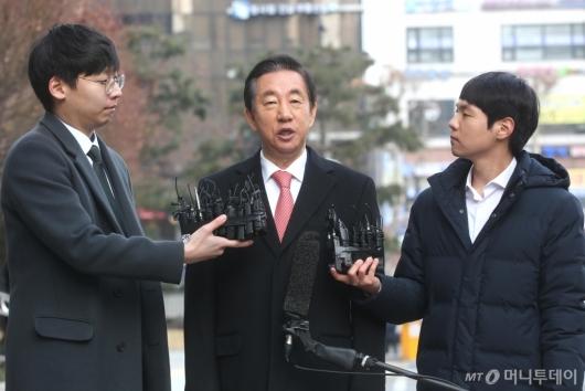 [사진]취재진 질문 답하는 김성태 의원