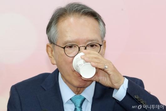 [사진]목 축이는 김형오 공천관리위원장