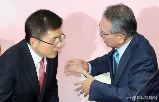 [사진]공천관리위원장 이야기 듣는 황교안 대표