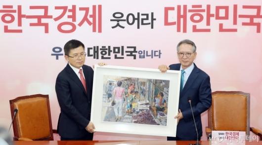 [사진]그림 선물하는 김형오 공천관리위원장