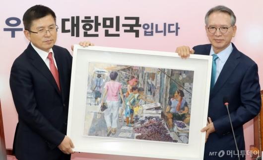 [사진]황교안 대표에 그림 선물하는 김형오 공천관리위원장