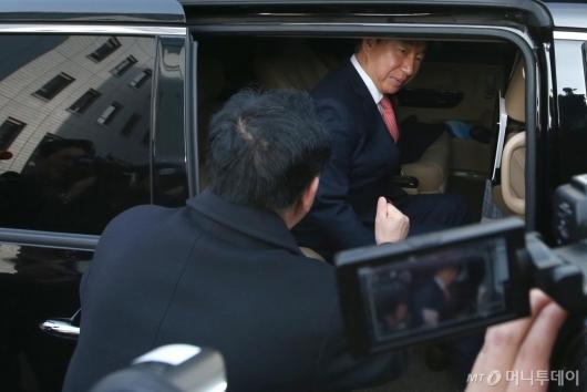 [사진]차량에 탑승하는 김성태 자유한국당 의원