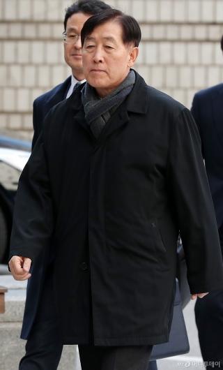 [사진]'뇌물혐의' 파기환송심 공판 출석하는 최지성