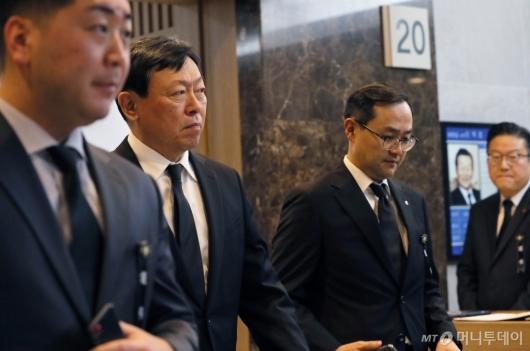 [사진]신동빈 회장, 무거운 표정