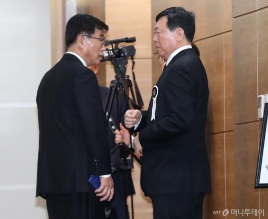 [사진]조문객 맞이하는 신동빈 회장