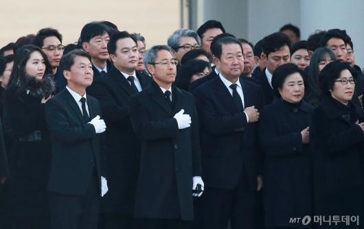 [사진]현충원 찾은 안철수와 지지자들