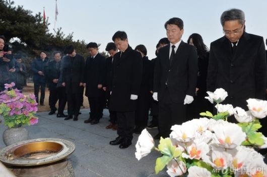 [사진]무명용사탑 참배하는 안철수