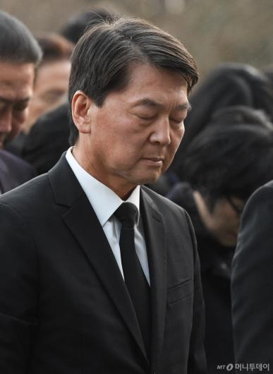 [사진]묵념하는 안철수