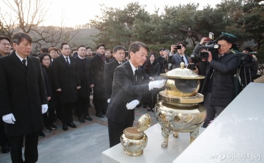 [사진]故 김대중 대통령 묘역 찾은 안철수