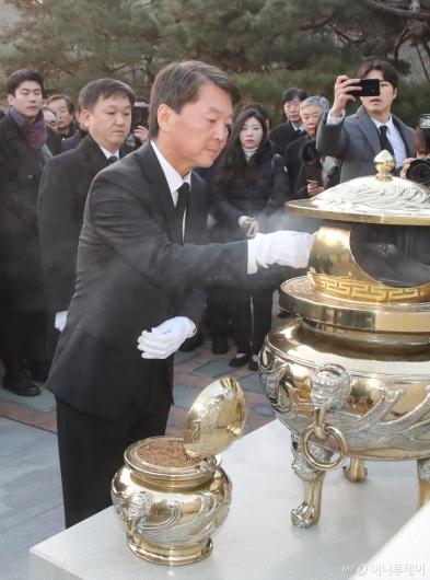 [사진]故 김대중 전 대통령 묘역 찾은 안철수