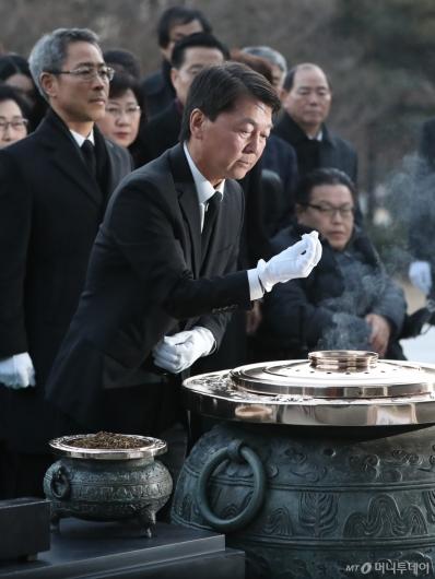 [사진]분향하는 안철수 전 의원