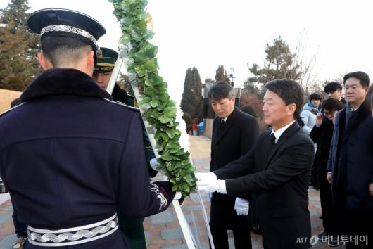 [사진]김대중 전 대통령 묘역 찾은 안철수