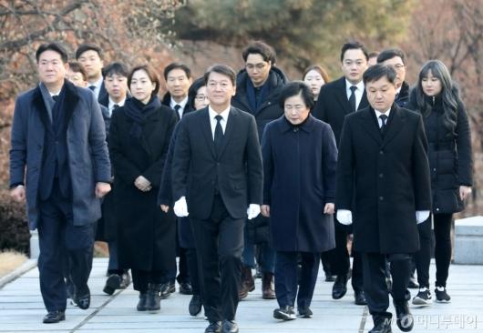 [사진]이승만 전 대통령 묘역 들어서는 안철수
