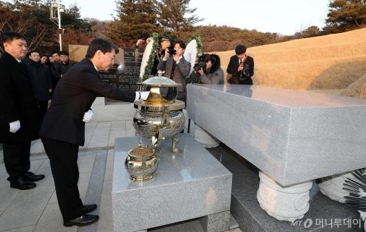 [사진]김영삼 전 대통령 묘소 참배하는 안철수