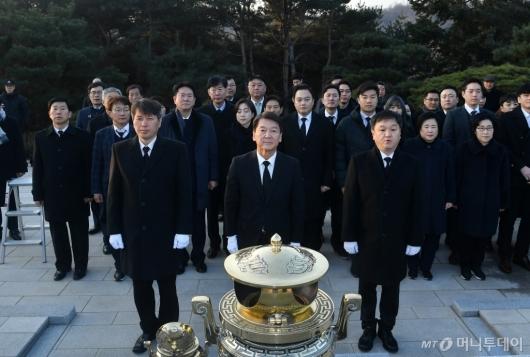 [사진]김영삼 전 대통령 묘역 찾은 안철수