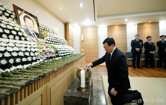 [사진]고인에게 인사하는 신동빈 회장