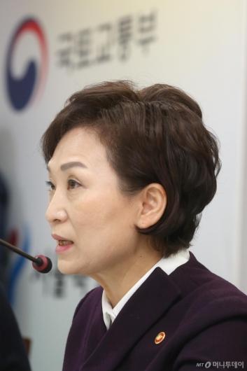 [사진]쪽방촌 환경개선 계획 발표하는 김현미 장관