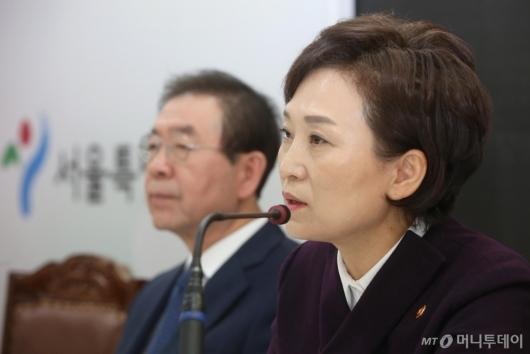 [사진]영등포 쪽방촌 환경 개선 계획 발표하는 김현미 장관