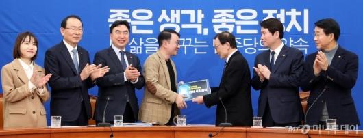 [사진]최성진 대표에게 공약 전달하는 이해찬