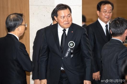[사진]조문객 맞이하는 황각규 롯데지주 대표이사