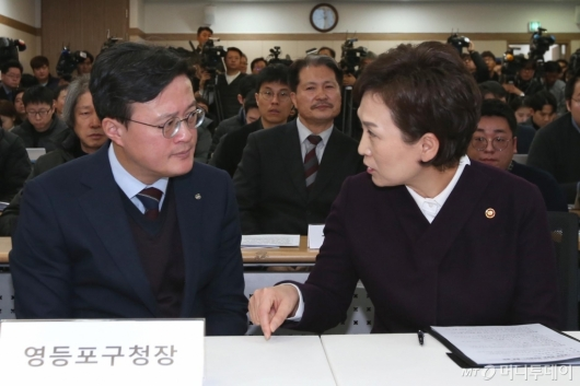 [사진]쪽방촌 환경 개선 관련 대화하는 김현미 장관-채현일 구청장