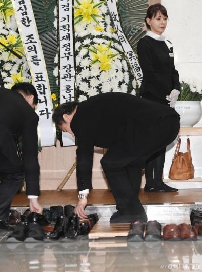 [사진]신발 정리하는 이낙연 전 국무총리