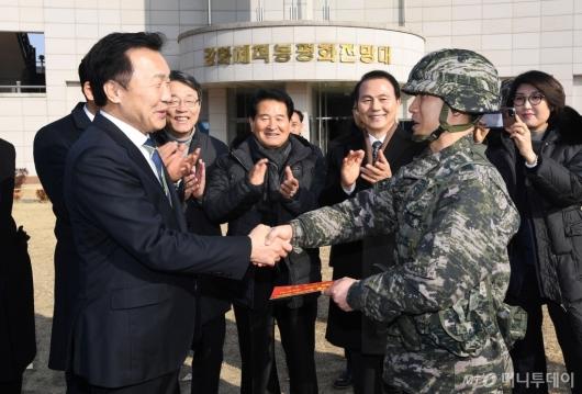 [사진]격려금 전달하는 손학규 대표