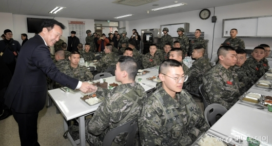 [사진]장병들과 대화하는 손학규 대표