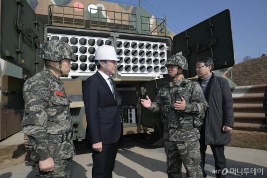 [사진]군 시설물 살펴보는 손학규 대표