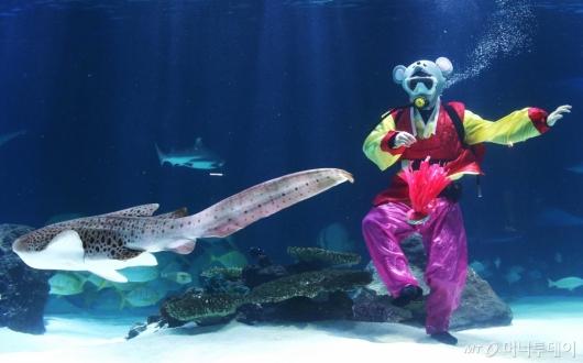 [사진]'물 속에서 즐기는 제기차기'