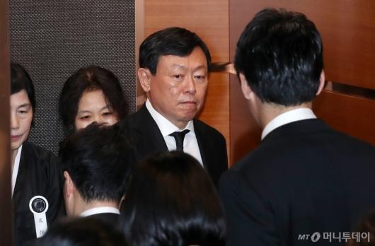 [사진]입관식 이동하는 신동빈 회장