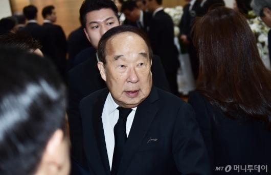[사진]조문 마치고 나서는 박용성 전 두산 회장