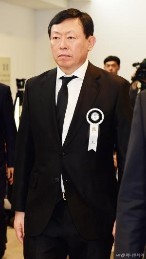 [사진]입관식 마치고 들어서는 신동빈 회장