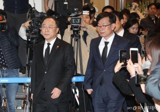 [사진]고 신격호 회장 빈소 들어서는 홍남기-김상조