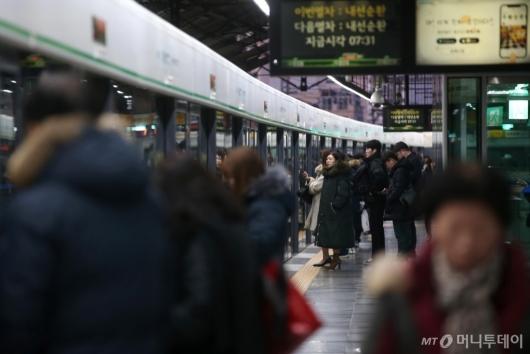 [사진]서울교통공사 노조 업무 거부 유보 지하철 정상운행...3호선은 고장 지연