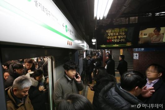 [사진]지하철 대부분 정상운행...3호선 고장지연에 승객 불편