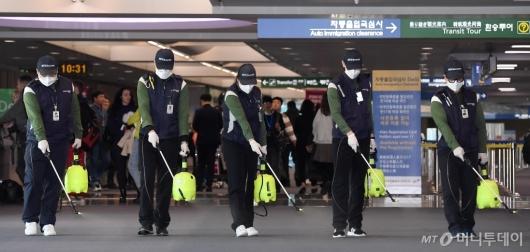 [사진]인천공항, '우한 폐렴' 예방 위한 방역 작업 실시
