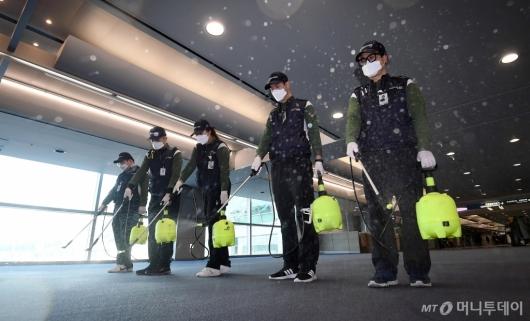 [사진]호흡기 전염병 예방을 위한 인천공항 방역
