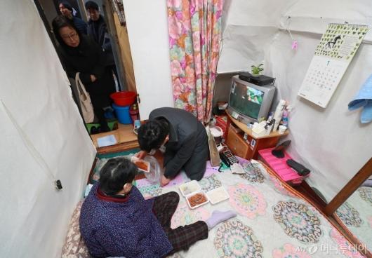 [사진]쪽방촌 어르신 찾은 서울시 관계자들