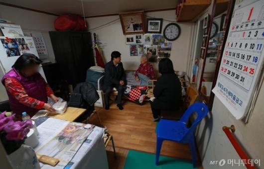 [사진]설 앞두고 취약계층 방문한 서울시 관계자들