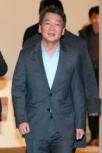 [사진]안철수 '김경율과 무슨 말 할까?'