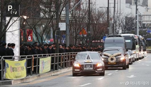 [사진]롯데월드타워 지나는 故 신격호 명예회장 운구행렬