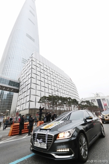 [사진]롯데월드타워 앞 지나는 故 신격호 명예회장 운구차량