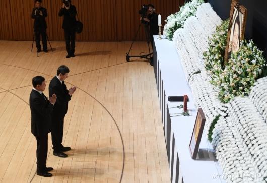 [사진]故 신격호 명예회장 앞에선 두 아들