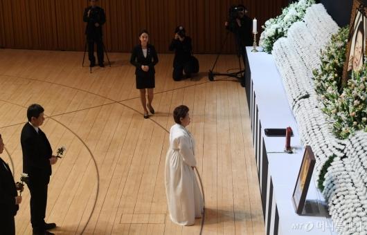 [사진]헌화하는 미망인 하츠코 여사