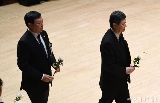 [사진]헌화하는 신동빈-신동주