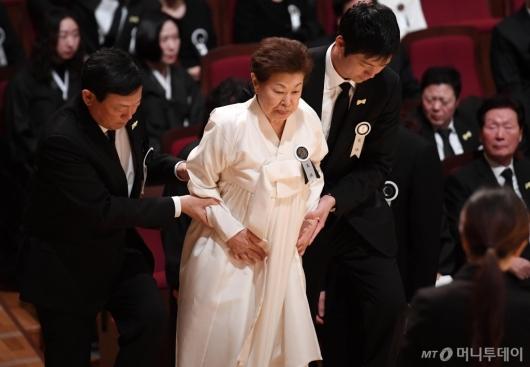 [사진]신동빈 부축 받는 미망인 하츠코 여사