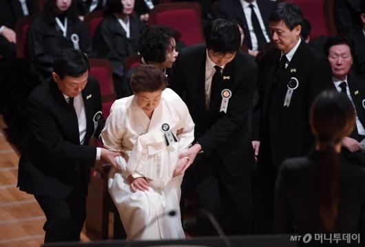 [사진]영결식 참석한 미망인 시게미쓰 하츠코 여사